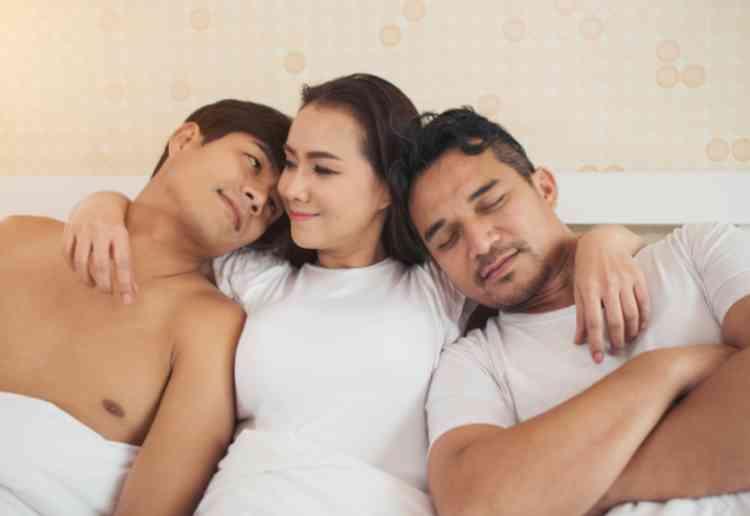 複数の男と寝る女