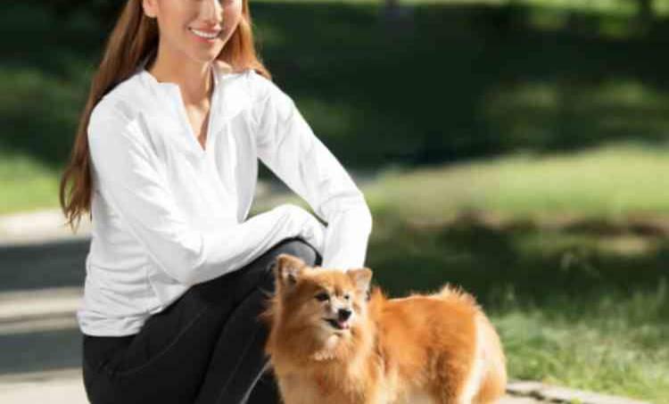 犬と戯れる女