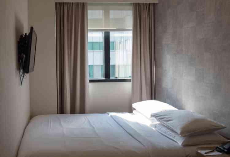 ホテルの部屋に入室