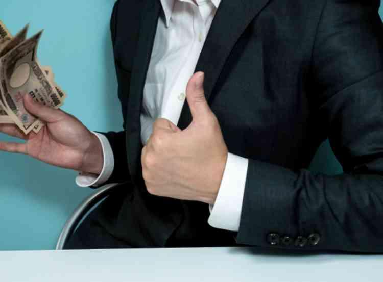 悪質業者がキャッシュバッカーで稼ぐ商材を売ったイメージ