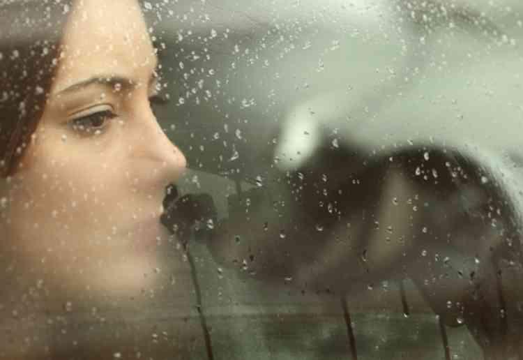 人妻は車に乗るとやっぱり緊張気味イメージ