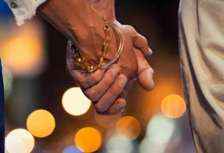 出会い系の女と手をつなぐイメージ