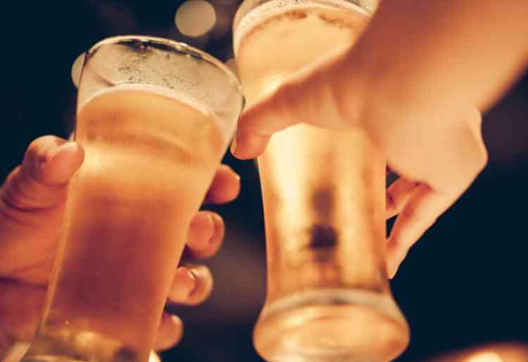 出会い系の女と居酒屋で乾杯イメージ