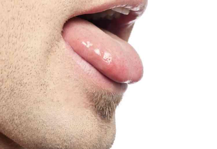 舌で湿ったクリと穴を舐める