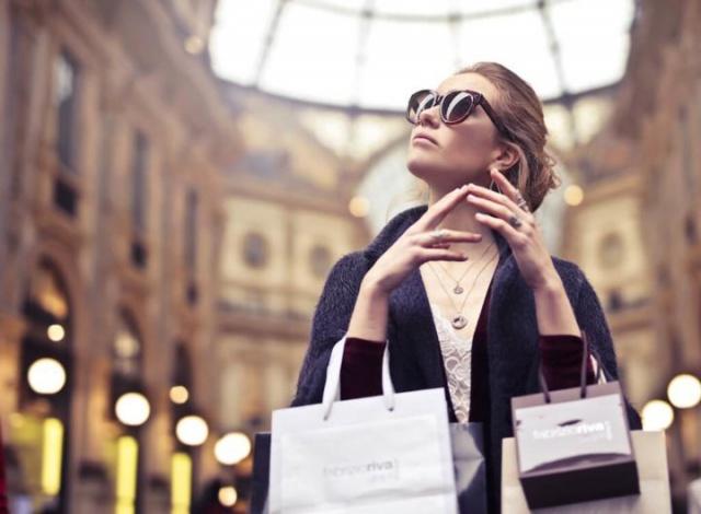 パパ活で稼いで買い物する女性