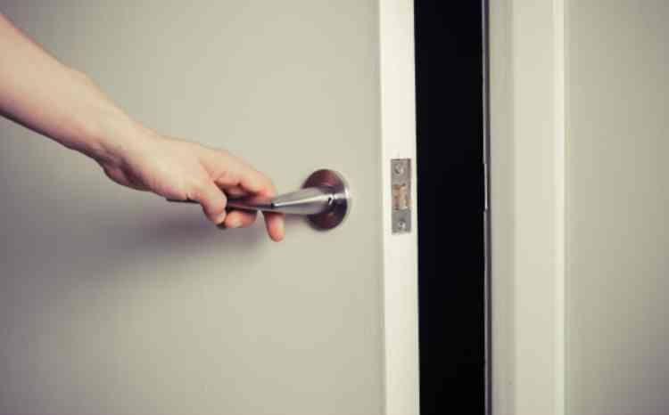 少しだけドアを開ける