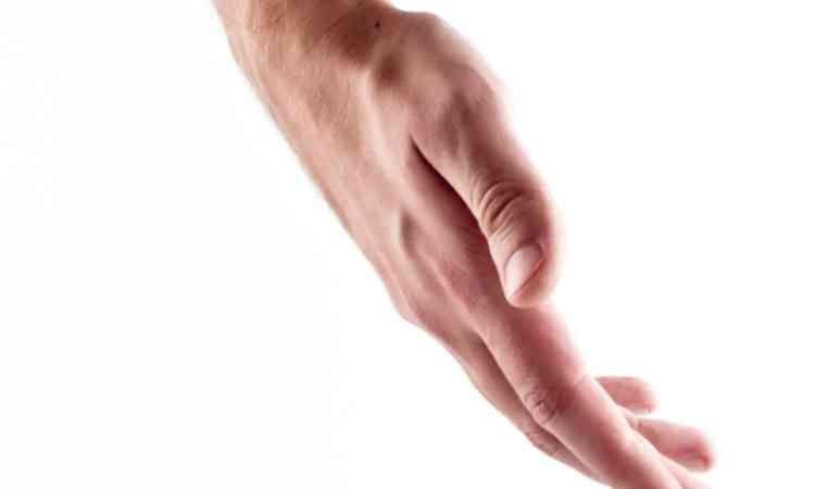 割れ目に手を触れる
