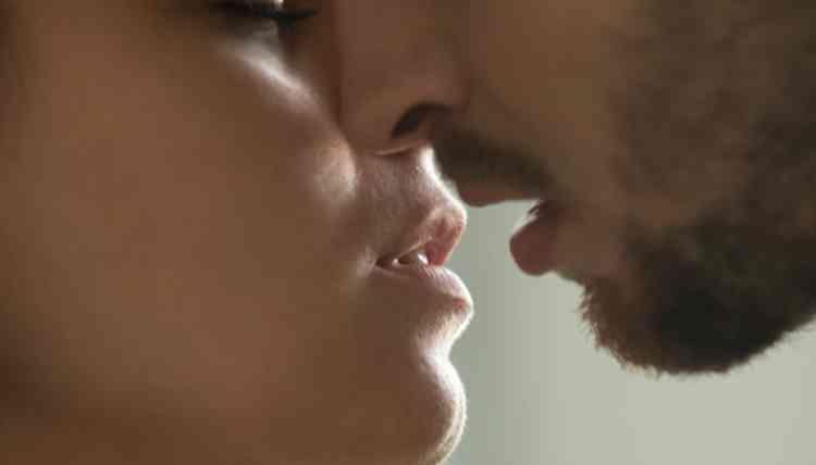 腰に手を回し軽くキス