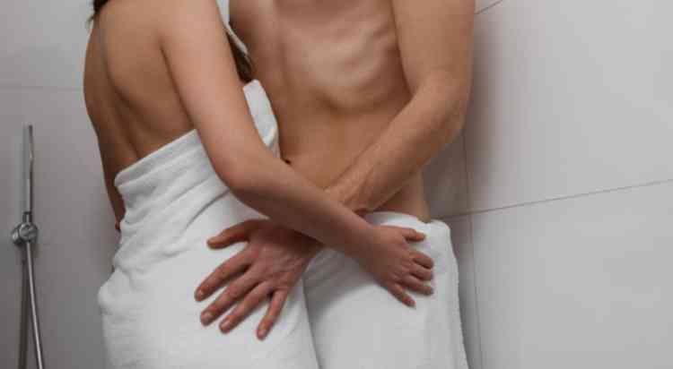 バスタオルで体を巻く