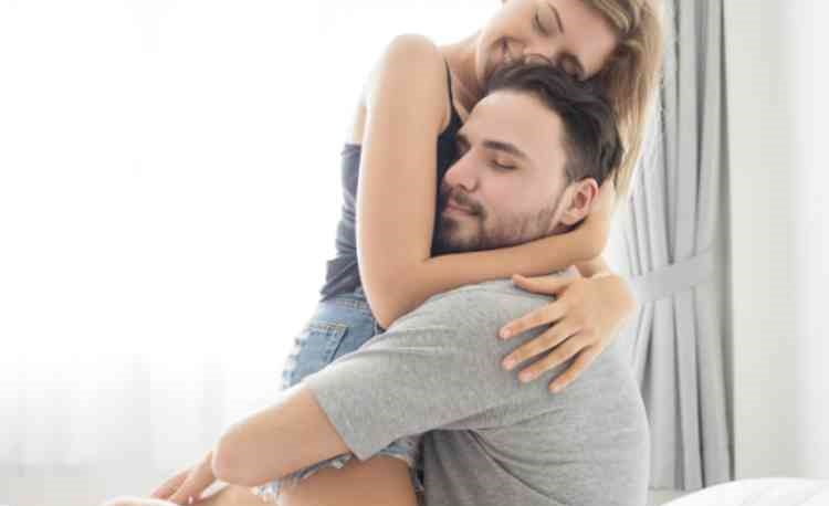 ベッドの上で抱き締め合う