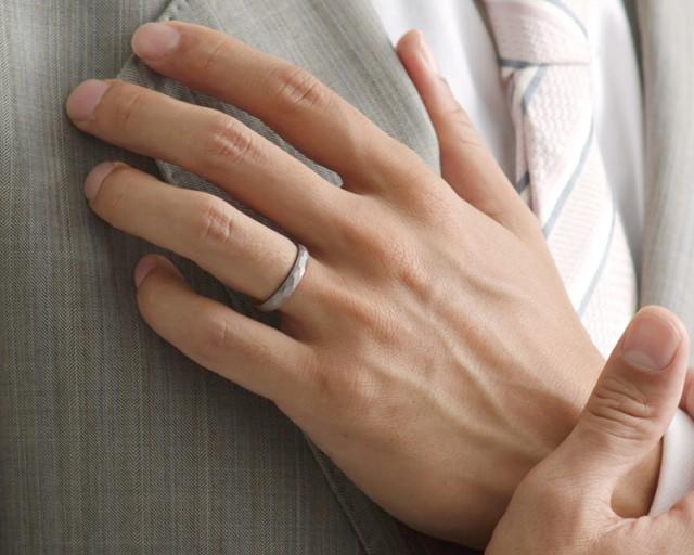 結婚指輪を付けているパトロン