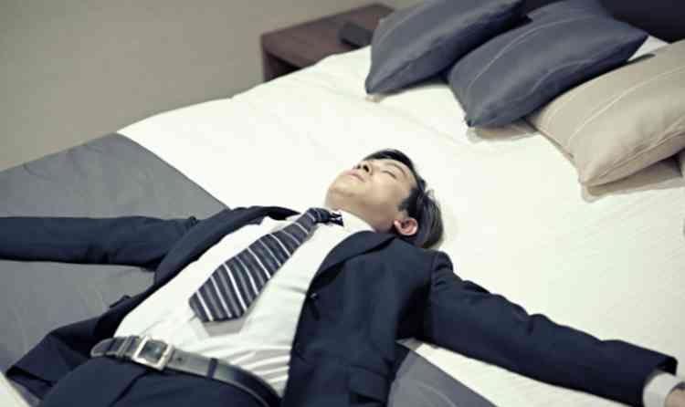 ベッドで横になるひろし