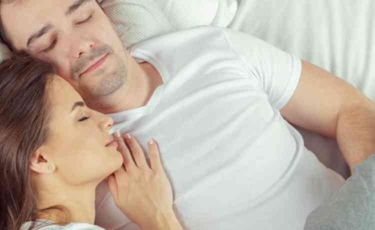 ベッドで添い寝