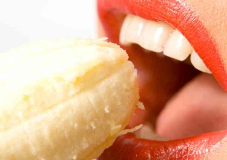 バナナを食べる女
