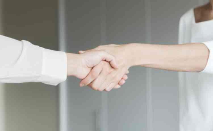 手を差し伸べ握手
