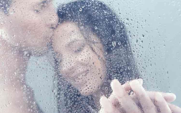 シャワーで流し合い