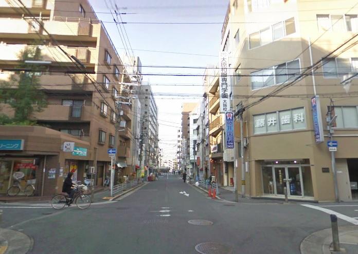谷町九丁目駅方面へ裏道を歩くひろし