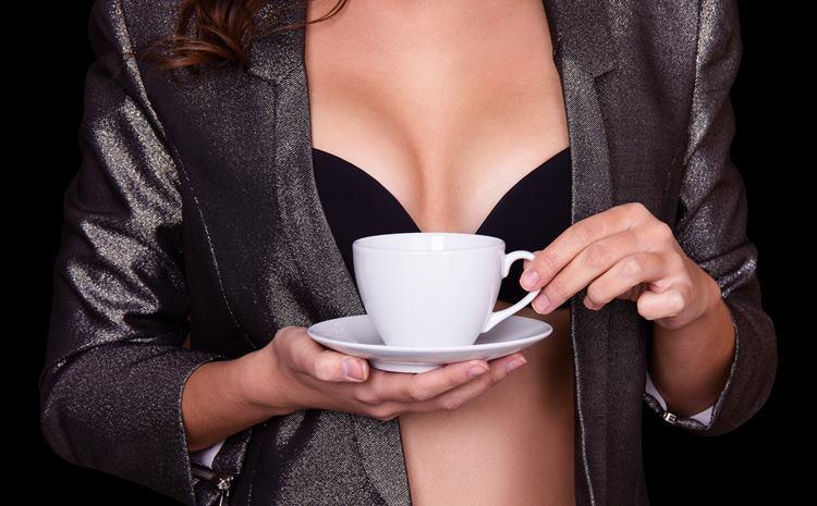 コーヒーを持つ女