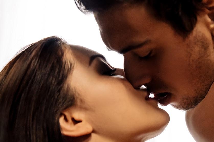 女の子とキスするつよし