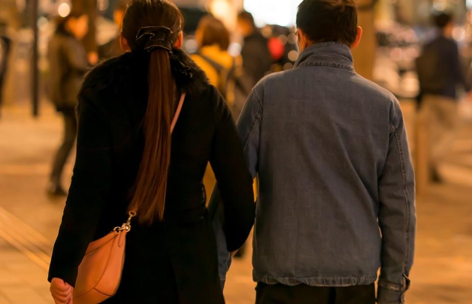 女の子と歩くつよし