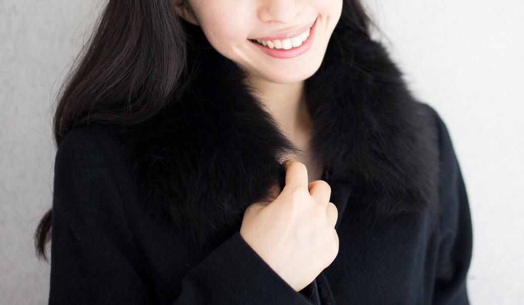 黒のロングコートを着た女の子