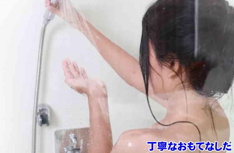 シャワーを浴びる女
