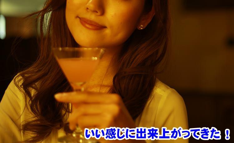 カクテルを飲む女