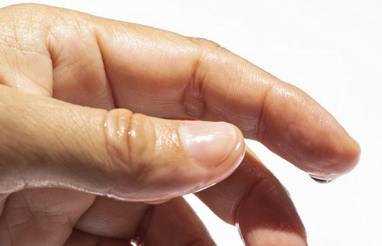 指先が濡れる