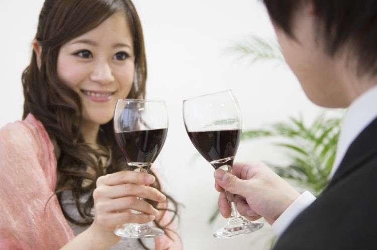 ワインで乾杯する