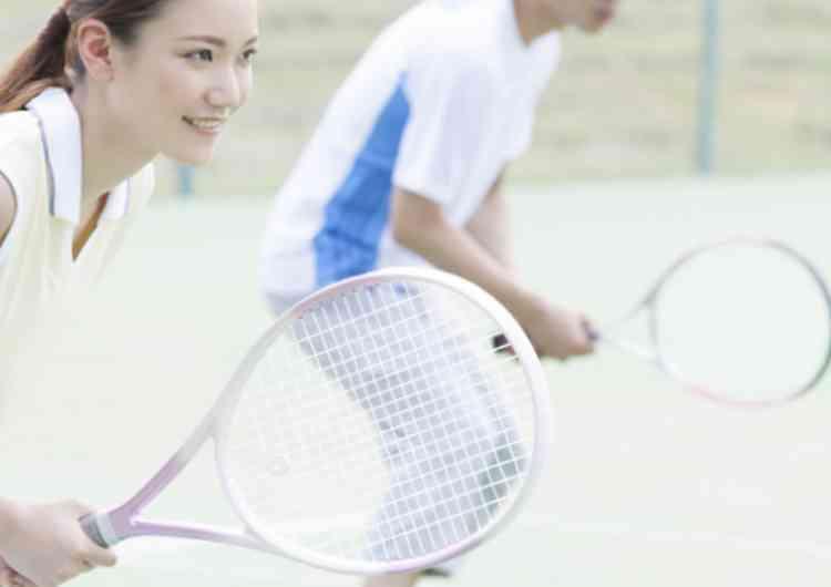 テニスする男女