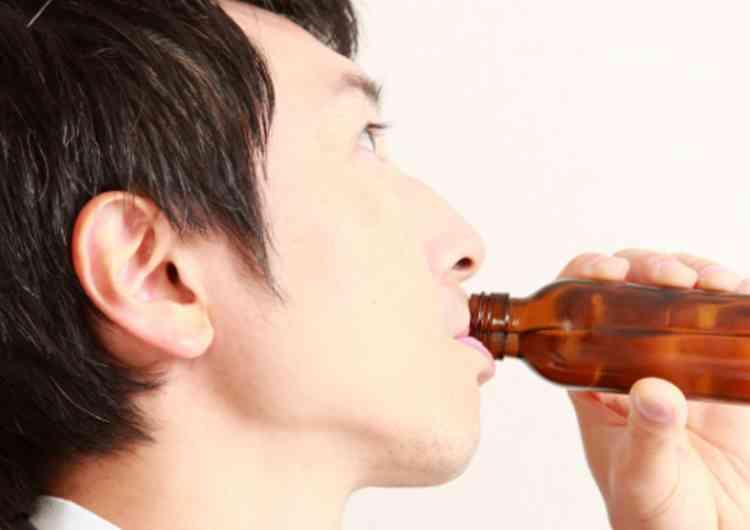 精力剤を飲む男