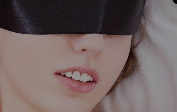 アイマスクの女