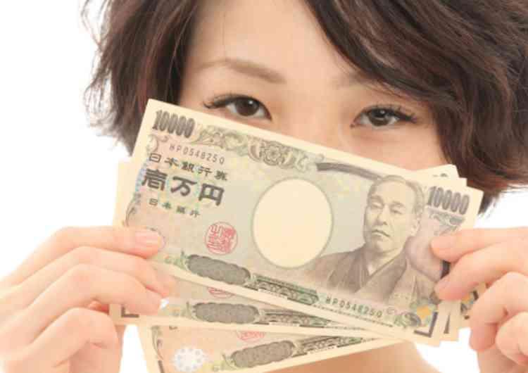 お金を持った女