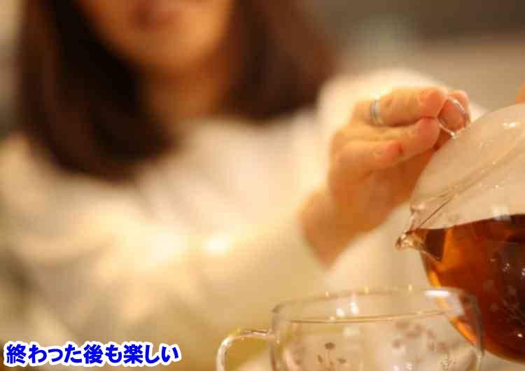 紅茶を入れる女
